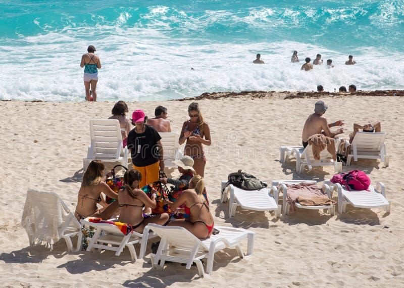 M?xico, Cancun Grupo de gente joven que se relaja, jugando y tomando el sol en la playa Complejo de entretenimiento de la pirámid fotografía de archivo libre de regalías