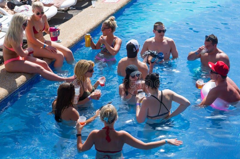 M?xico, Cancun Grupo de gente joven que se relaja y que toma el sol en la piscina Pirámide magnífica de Cancun que entretiene c fotografía de archivo libre de regalías
