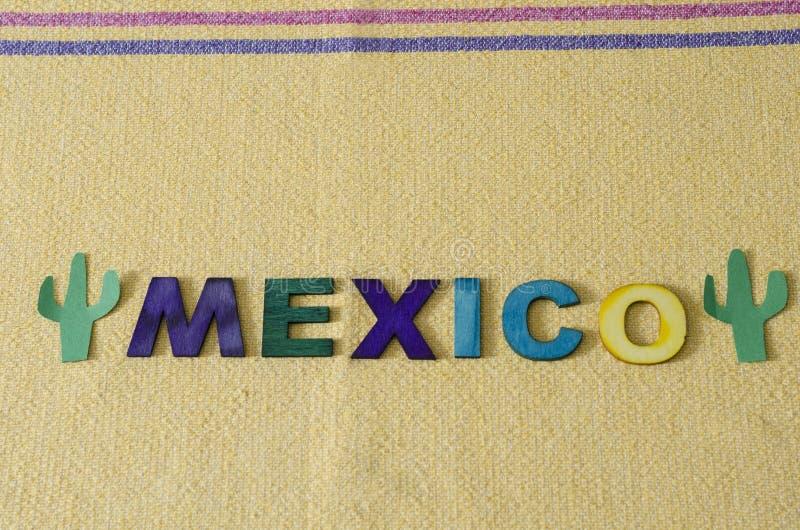 M?xico fez das letras de madeira coloridas e do cacto verde de papel