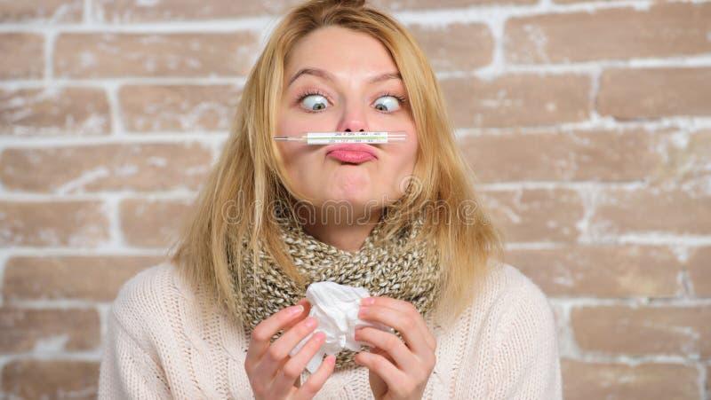 Maß-Temperatur Bruchfieberabhilfen Konzept der hohen Temperatur   Frau fühlt sich schlecht krank stockfoto