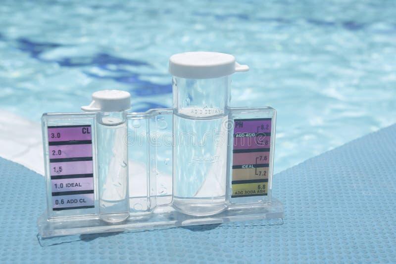 Maß von pH und von Chlor in den Schwimmbädern stockbilder