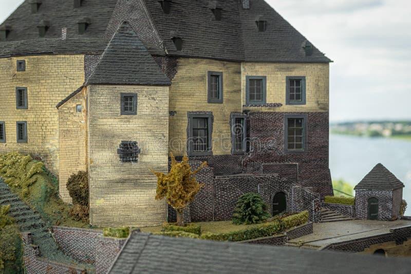 Maßstabsmodell von Schloss Keverberg und Kirche in Kessel lizenzfreie stockfotos