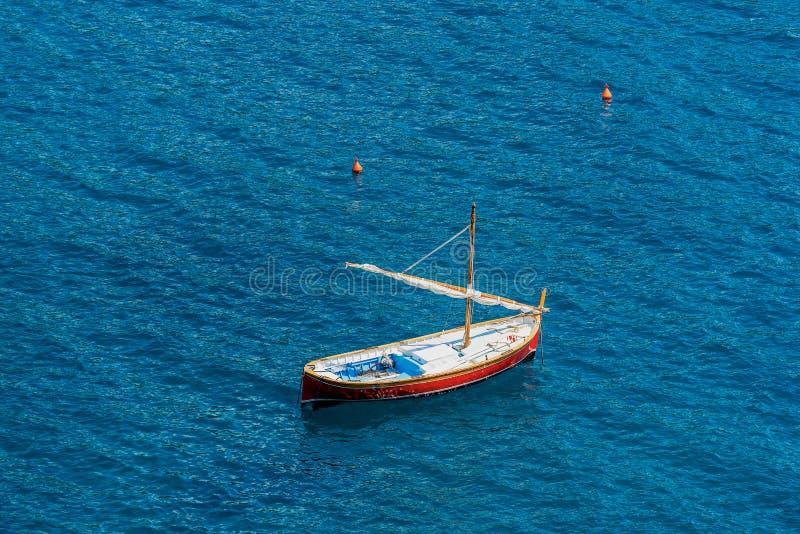 Mała drewniana łódź z żaglem w morzu - Włochy zdjęcia royalty free