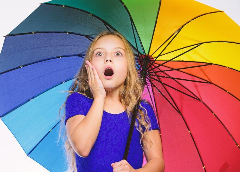 Mała dziewczyna z parasolową deszczowy dzień pogodą mała dziewczyna parasolkę Jesieni moda Wantowy pozytyw chociaż jesień deszcz zdjęcie stock
