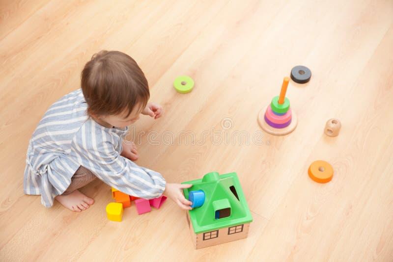 Mała dziewczynka bawić się z edukacyjnymi zabawkami w domu zdjęcia royalty free