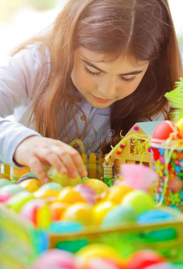 Mała dziewczynka cieszy się Wielkanocnego wakacje zdjęcie royalty free