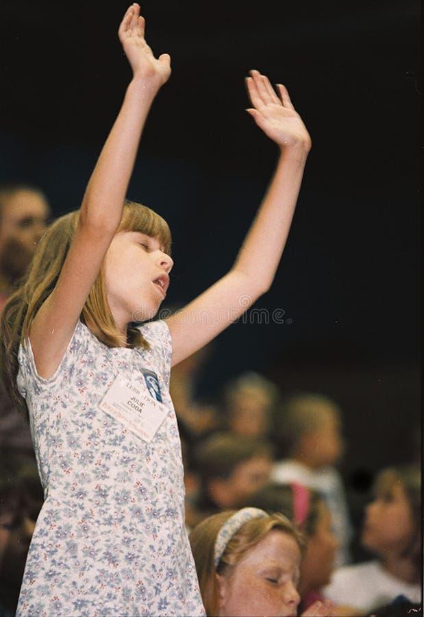 Mała dziewczynka cześć podczas kościół odwrotu obrazy stock
