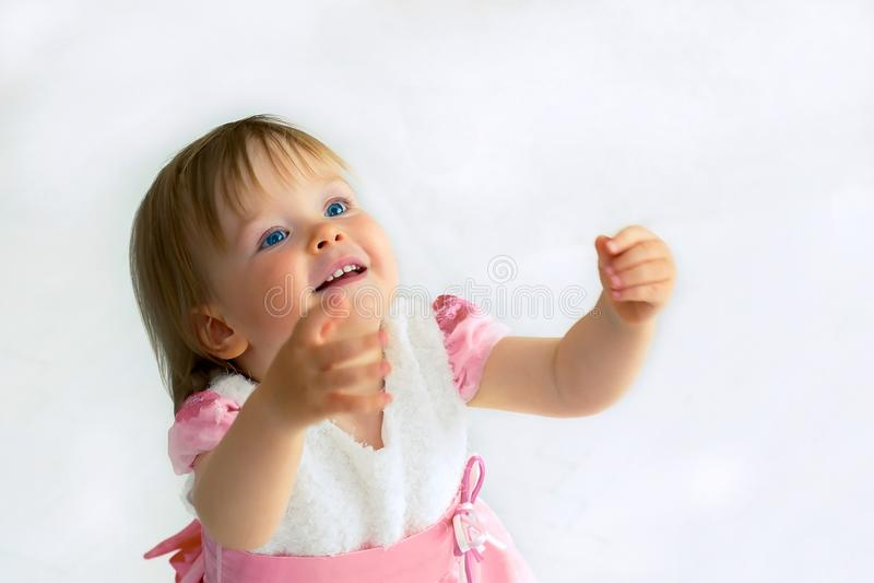 Mała dziewczynka rozciąga jej ręki mama obrazy royalty free