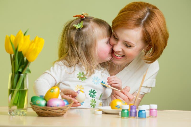 Mała dziewczynka z jej macierzystej kolorystyki Wielkanocnymi jajkami zdjęcie royalty free