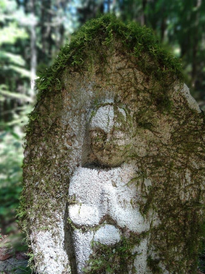Mała kamienna Jizo statua otaczająca zielenią na Nakasendo Drogowej podwyżce obraz stock