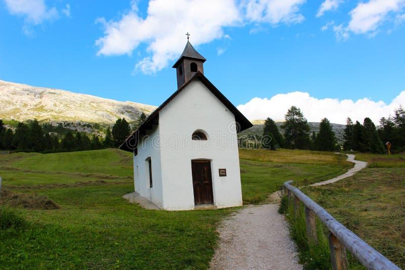 Mała kaplica w wiosce dolomity zdjęcia royalty free