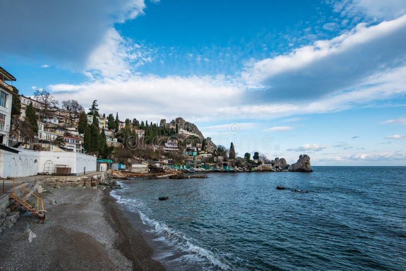Mała Krymska wioska na dennym wybrzeżu z, pięknym Europejskim natura krajobrazie i seascape starymi budynkami i górą na tle, obraz royalty free