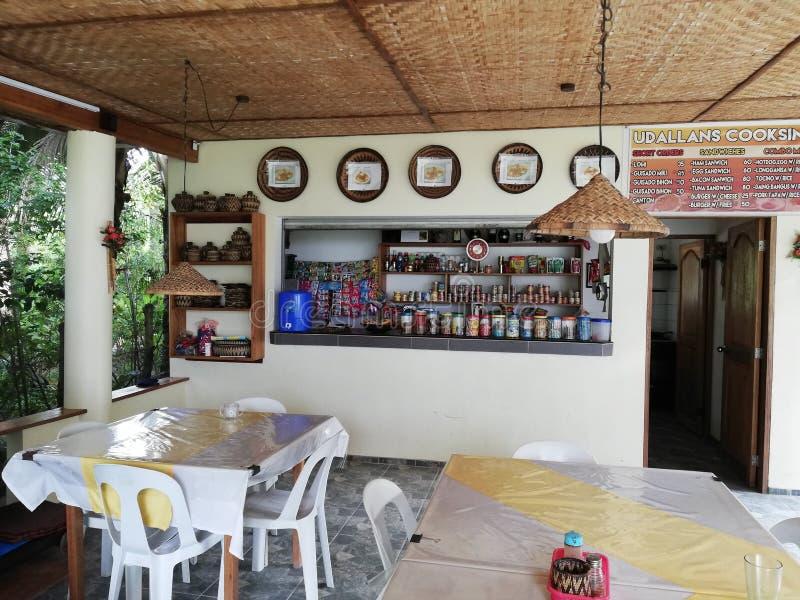 Mała restauracja i narożnikowy sklep w dalekiej części Mindoro, Filipiny obrazy stock