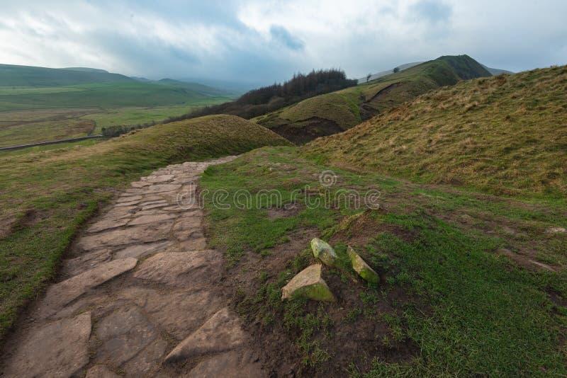 Mała rockowa ścieżka biega przez wzgórzy Szczytowy okręg zdjęcie stock