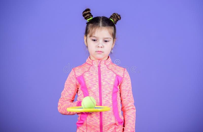 Małego dziecka sztuki tenisa sporty kostiumowa gra Dziewczyny dziecka kopii babeczki fryzury śliczny gracz w tenisa Aktywne gry s obraz stock
