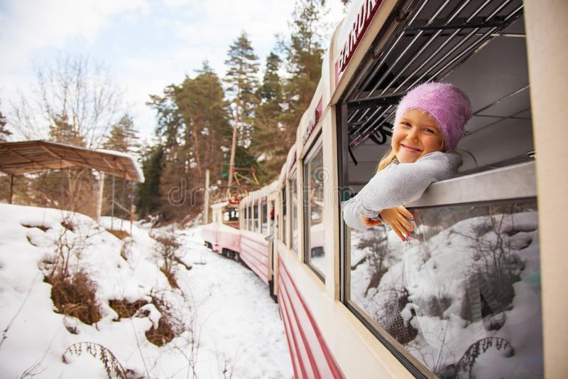 Małej dziewczynki podróżowanie Kukushka starym pociągiem w Gruzja obraz royalty free