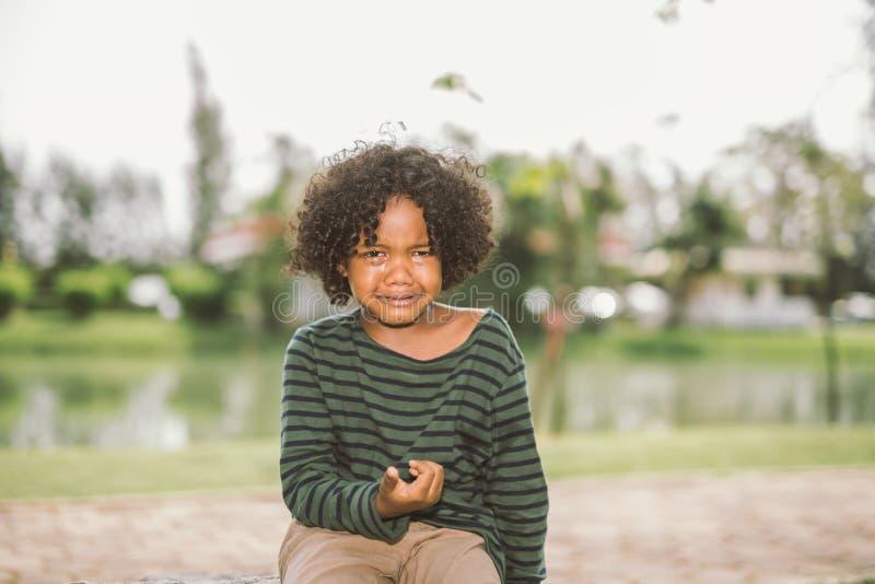 Mały amerykanin afrykańskiego pochodzenia chłopiec płacz fotografia stock