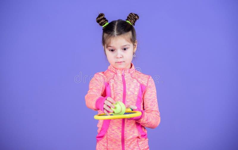 Mały cutie lubi tenisa Małego dziecka sztuki tenisa sporty kostiumowa gra Uczy ja dlaczego bawić się tenisa Dziewczyny śliczny dz zdjęcia royalty free