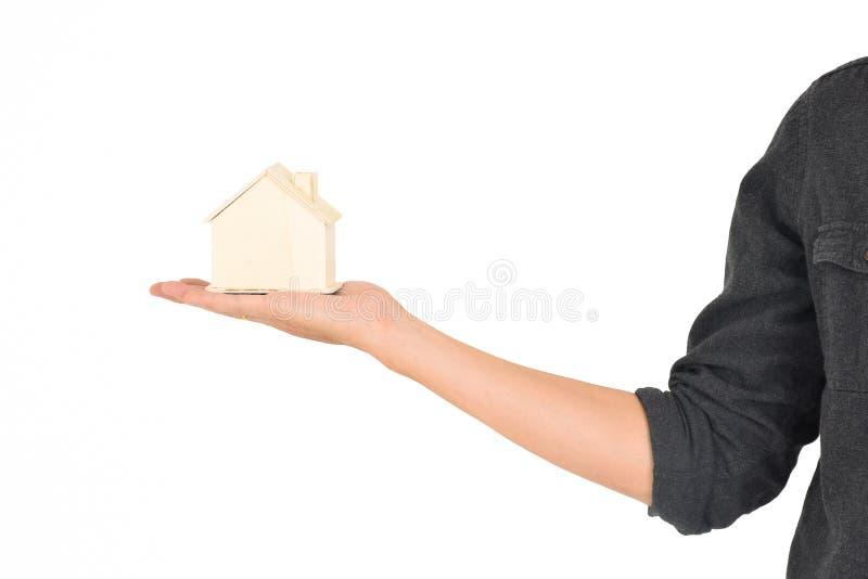 Mały drewniany dom na ręce zdjęcia royalty free