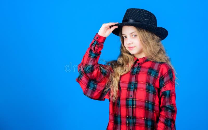 Mały fashionista Chłodno cutie modny strój szczęśliwego dzieciństwa Dzieciak mody pojęcie Sprawdza za mój moda stylu fotografia stock
