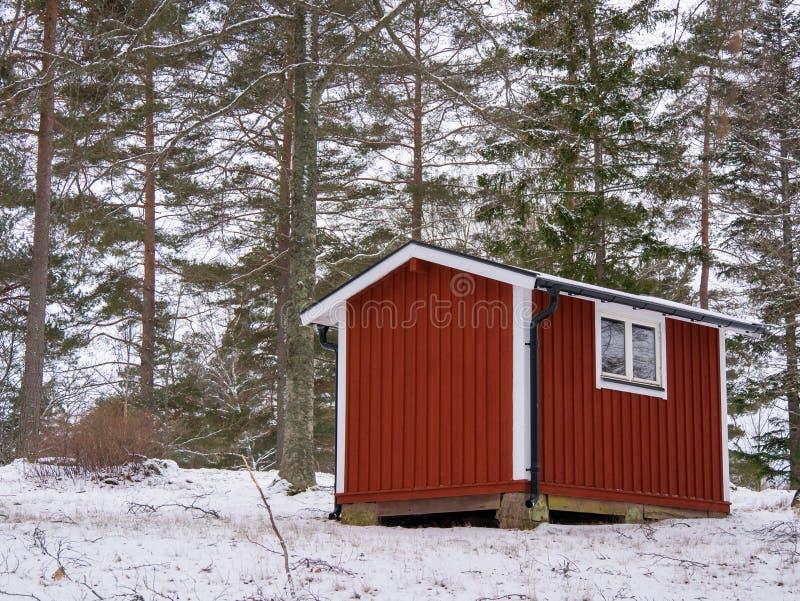 Mały, intensywnie czerwony składowy budynek na gospodarstwie rolnym, Tam są żadny okno i drzwi zamyka Budynek jest bardzo utrzym obrazy stock