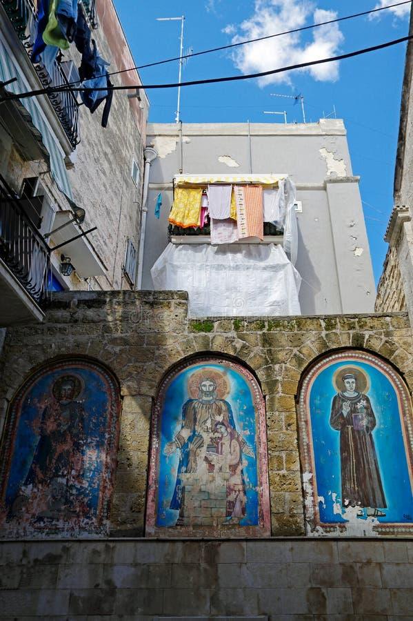 Mały jard Bari miasto z świątobliwymi patronów obrazami miasto, Puglia Apulia region, Południowy Włochy zdjęcie royalty free