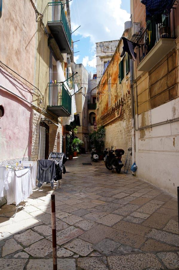 Mały jard Bari miasto z zielonymi roślinami i hulajnogami, Puglia Apulia region, Południowy Włochy obrazy stock