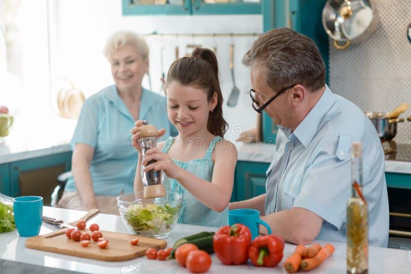 Mały mądrze dziewczyny kucharstwo obraz royalty free