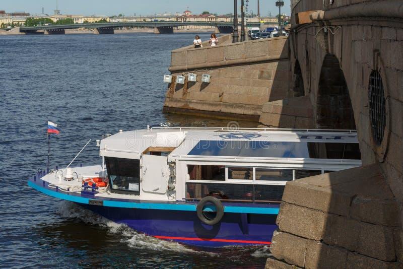 Mały zwiedzający statek z turystami żegluje pod jeden wiele mosty na pogodnym wiosna dniu obrazy stock
