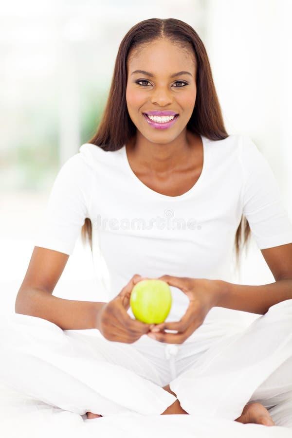 Maçã afro-americano do verde da mulher fotografia de stock royalty free