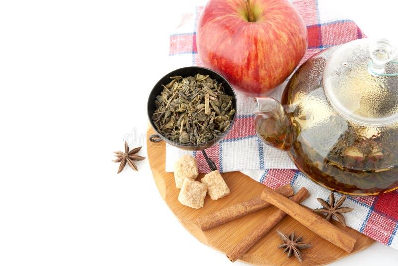 Maçã, canela e suco de fruta maduros no vidro fotografia de stock royalty free