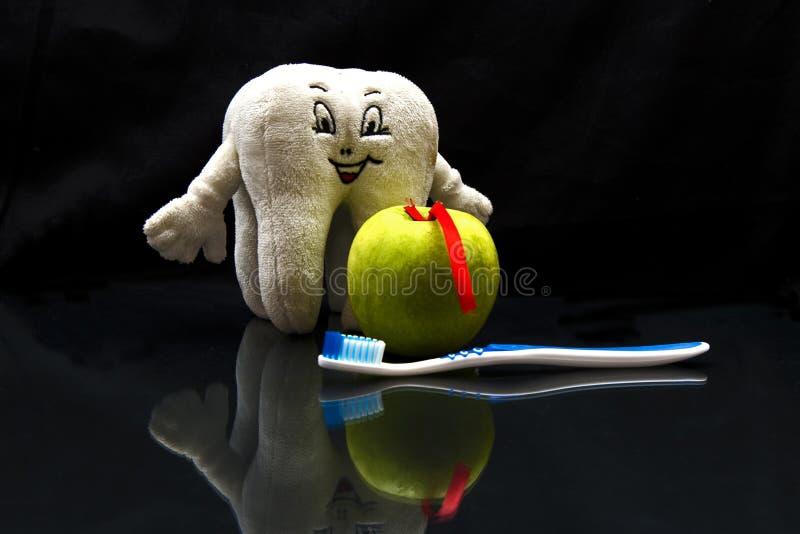 Maçã da higiene oral, escova de dentes e uma estatueta do dente imagens de stock royalty free