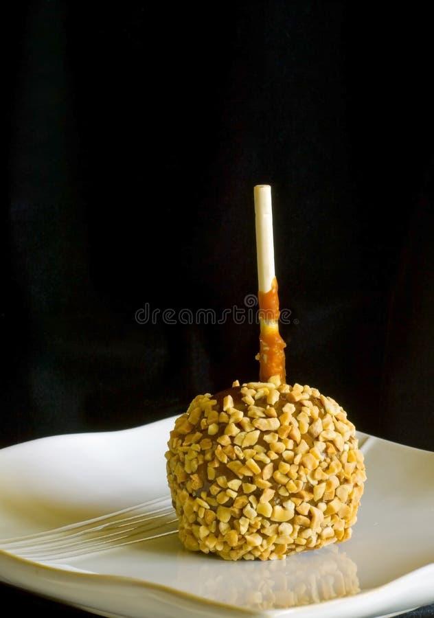 Maçã de caramelo preta do fundo fotografia de stock royalty free