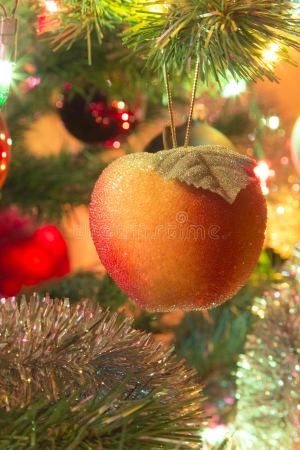 Maçã doce bonita na árvore de Natal fotos de stock royalty free