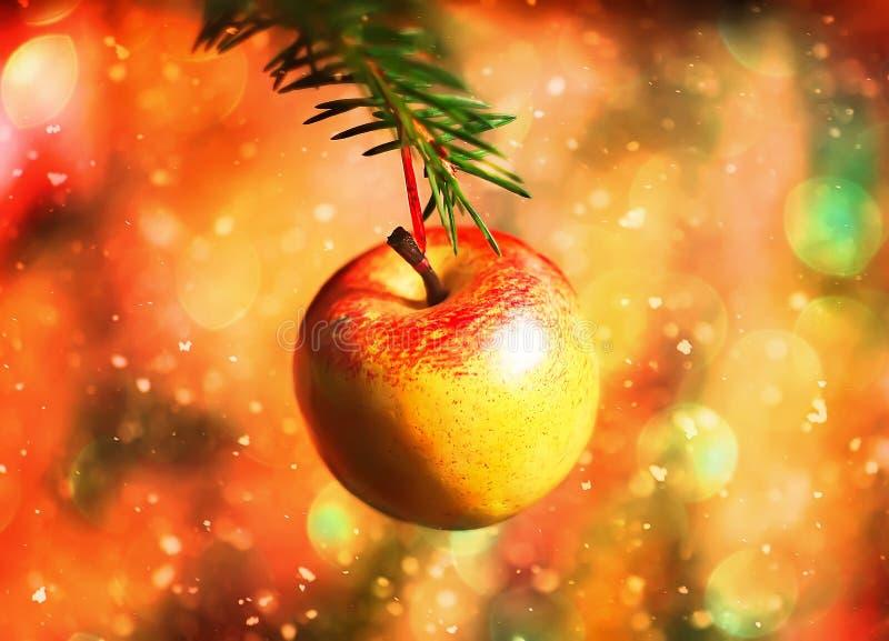 Maçã doce que pendura no ramo do verde da árvore de Natal Brilho e efeito da neve fotografia de stock royalty free