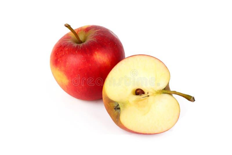 Maçã madura vermelha com a parte cortada fresca da maçã isolada no branco imagens de stock