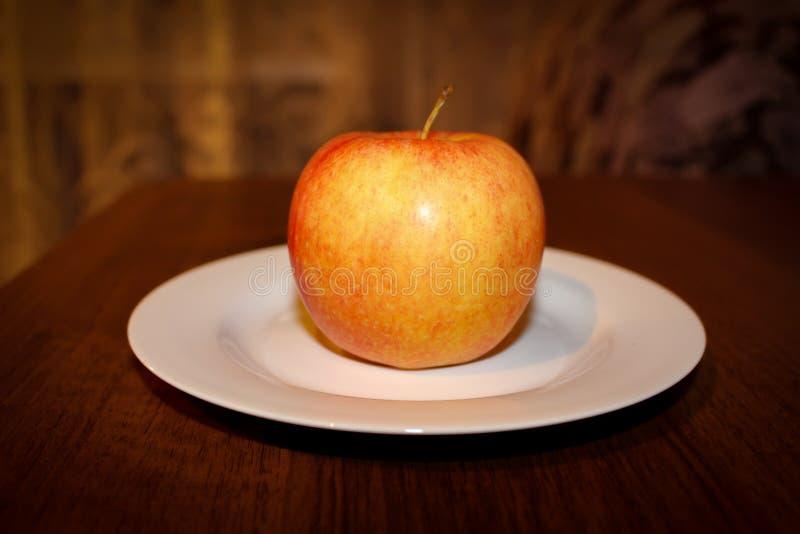 Maçã saboroso madura fresca de Apple na tabela imagem de stock
