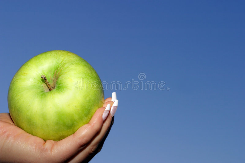 Maçã verde, céu azul fotografia de stock