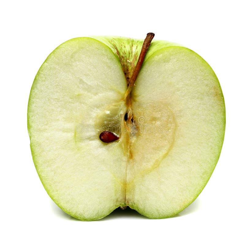 A maçã verde está em um corte foto de stock