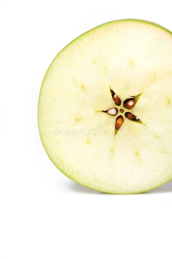 A maçã verde fresca cortou em fatias. isolado fotos de stock royalty free