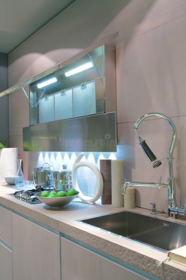 Maçã verde na cozinha moderna imagens de stock royalty free