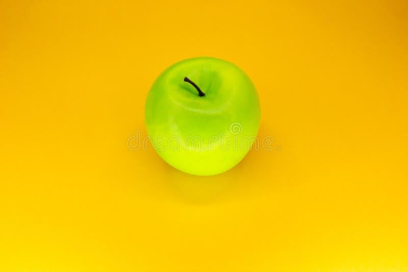 Maçã verde no fundo amarelo visto de cima de fotos de stock royalty free