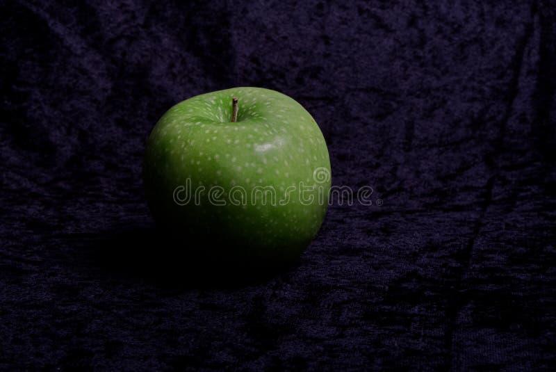 A maçã verde prova ácida e boa fotos de stock royalty free