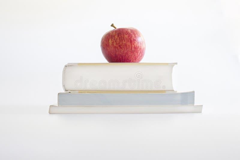 Maçã vermelha em livros imagem de stock royalty free