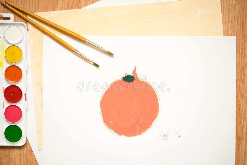 A maçã vermelha, laranja alaranjada em uma folha branca do colorido paperchildren o desenho do ` s com lápis e as aquarelas color imagens de stock royalty free
