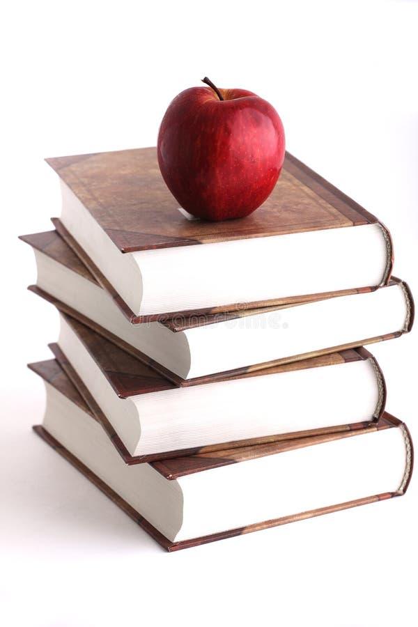 Maçã vermelha na pilha dos livros imagens de stock royalty free