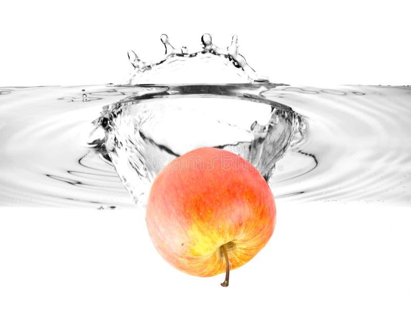 Download Maçã Vermelha Que Cai Na água Imagem de Stock - Imagem de fruta, gotejamento: 12802959
