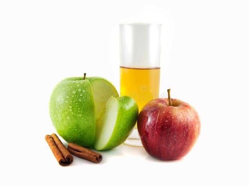 maçã vermelha, verde com canela, vidro imagem de stock