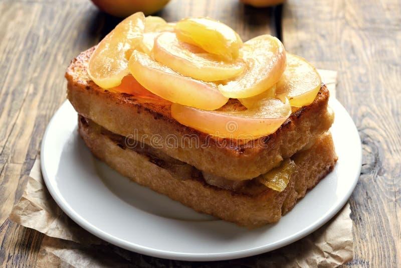 Maçãs caramelizadas no pão do brinde fotografia de stock