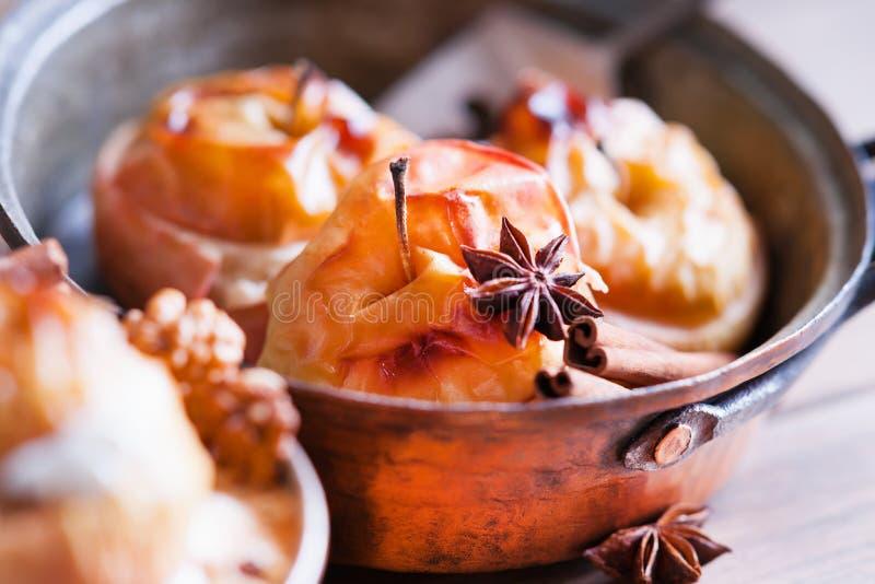 Maçãs cozidas sobremesa do fruto na bandeja imagens de stock royalty free